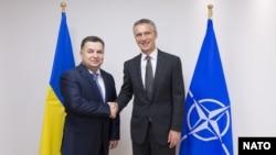 Степан Полторак (л) і генеральний секретар НАТО Єнс Столтенберґ (п) у Брюсселі, 25 червня 2015 року