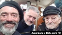 Хуан Балестеро (ляво) заедно с брат си и баща си