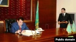 Бывший президент Туркменистан с тогдашним министром здравоохранения Гурбангулы Бердымухамедовым.