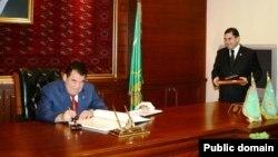Президент Туркменистана Сапармурат Ниязов (слева) руководил страной с 1985 по 21 декабря 2006 года. Справа на фото нынешний президент Туркменистана Гурбангулы Бердымухамедов.