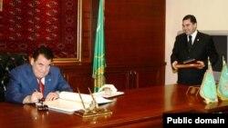 Түркіменстанның сол кездегі президенті Сапармұрат Ниязов (сол жақта) және қазіргі президенті Гурбангулы Бердімұхамедов.