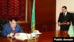 Бывший президент Туркменистан с тогдашним министром здравоохранения Гурбангулы Бердымухамедовым