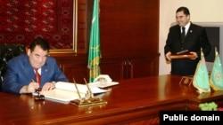 Türkmenistanyň ilkinji prezidenti Saparmyrat Nyýazow (çepde) we Gurbanguly Berdimuhamedow (ol Nyýazow ölenden soň onuň ornuna geçipdi).