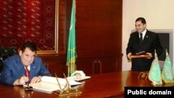 Түркіменстанның сол кездегі президенті Сапармұрат Ниязов (сол жақта) пен қазіргі президенті Гурбангулы Бердімұхамедов.