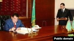 Первый президент Туркменистана Сапармурат Ниязов. Слева — работавший при нем министром здравоохранения Гурбангулы Бердымухамедов.