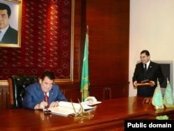 Президент Туркменистана Сапармурат Ниязов (слева) и Гурбангулы Бердымухамедов.