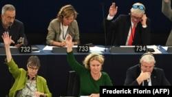 یودیت سارگنتینی (مرکز تصویر) و دیگر اعضای پارلمان اروپا علیه مجارستان رای دادند.
