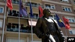 """Бұрынғы """"Косово азат ету армиясы"""" қолбасшысына қойылған ескерткіш. Приштина, 29 шілде 2014 жыл."""