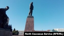 Пострадавший монумент вождю мирового пролетариата