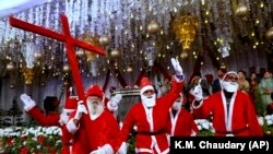 Пакистандык христиандардын Санта Клаустары да белек камдап алышкан. Лахор. 2020-жылдын 23-декабры.