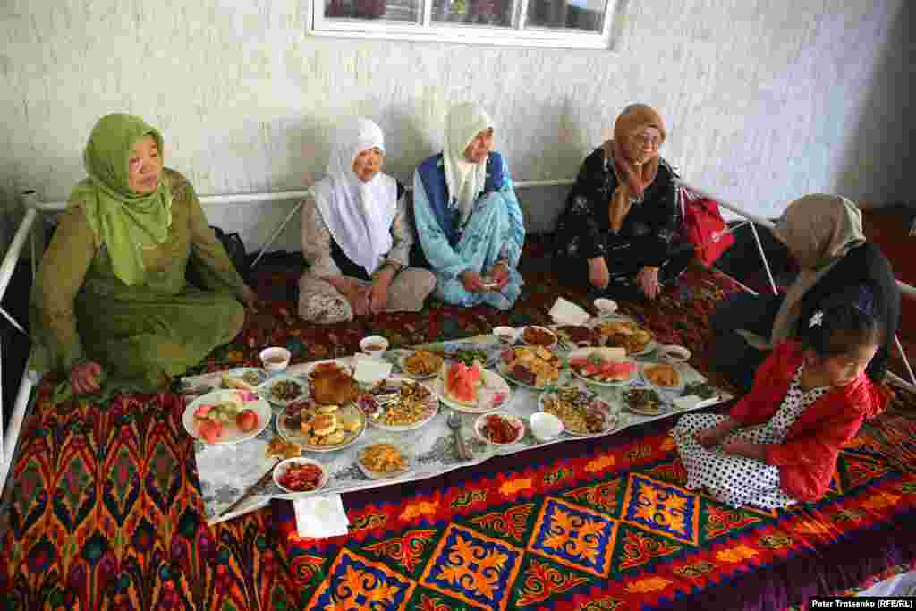 The main wedding day startsat 8 a.m. with orze -- a traditional hot dish of meat, carrots, radish, and tripe. The wedding will end at 2 p.m. The newlyweds will be visited byrelatives for the next two weeks.