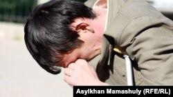 Один из потерпевших по делу полицейских, обвиняемых в причастности к стрельбе по демонстрантам в Жанаозене. Актау, 2 мая 2012 года.