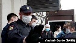 Кыргызстандын Орусиядагы элчилигинин алдында топтолгон мигранттар.