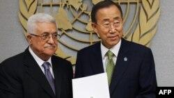 محمود عباس (چپ) رسما اوراق به رسمیت شناخته شدن فلسطین در سازمان ملل را تقدیم دبیرکل این سازمان میکند