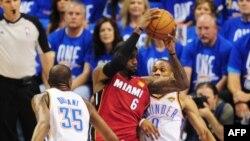 """Игрок """"Майами Хит"""" Леброн Джеймс (в красной форме) в первом матче финала чемпионата НБА против """"Оклахомы-Сити"""". 12 июня 2012 г"""