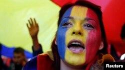 Женщина с лицом, раскрашенным в цвета флага Молдовы. Иллюстративное фото.