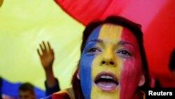 Романка со бои на националното знаме на лицето