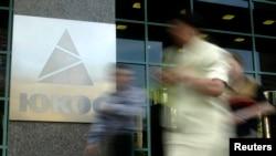 Люди йдуть до штаб-квартири нафтової компанії ЮКОС в Москві, 8 липня 2004 року