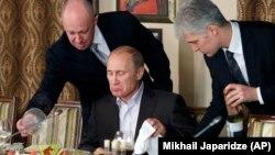 Евгений Пригожин угощает Владимира Путина во время обеда с иностранными студентами в ресторане Cheval Blanc, 11 ноября 2011