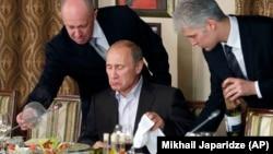 Російський бізнесмен, «кухар Путіна» Євген Пригожин (ліворуч) у своєму ресторані подає їжу Володимиру Путіну, 11 листопада 2011 року