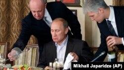 Евгений Пригожин (слева) и Владимир Путин