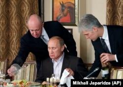 Євгена Пригожина (зліва) називають одним з головних фінансистів «ПВК Вагнера»
