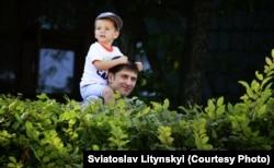 Під час прогулянки із сином