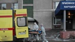 Медработники вытаскивают носилки из машины скорой помощи. Омск, октябрь 2020 года