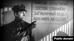 Шпион, его информатор - женщина-майор, скандал в верхушке армии; все компоненты настоящего шпионского боевика налицо