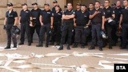 В сряда протестиращите хвърляха тоалетна хартия към сградата на Министерския съвет