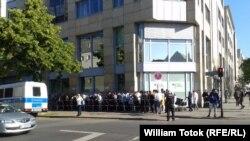 Coadă în fața Oficiului Federal pentru Refugiați și Migranți de la Berlin