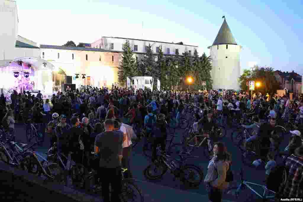 Кичке уннарга Казан Кирмәне алдындагы мәйданга җыела башлаган велосипедчылар төн уртасына таба бөтен мәйданны тутырды.