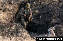 Український солдат на лінії зіткнення в Золотому Луганської області, 2 листопада. У боях загинуло понад 13 000 мирних жителів та учасників бойових дій
