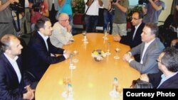 Средба на претседателот на СДСМ Бранко Црвенковски и на лидерот на ВМРО Народна партија Љубчо Георгиевски .