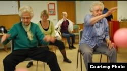 Жильцы центра Tingager с удовольствием занимаются физкультурой.