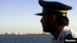 یک سرباز ایرانی در تنگه هرمز