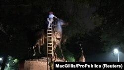 Демонтаж монумента генералу Роберту Ли в Шарлотсвилле