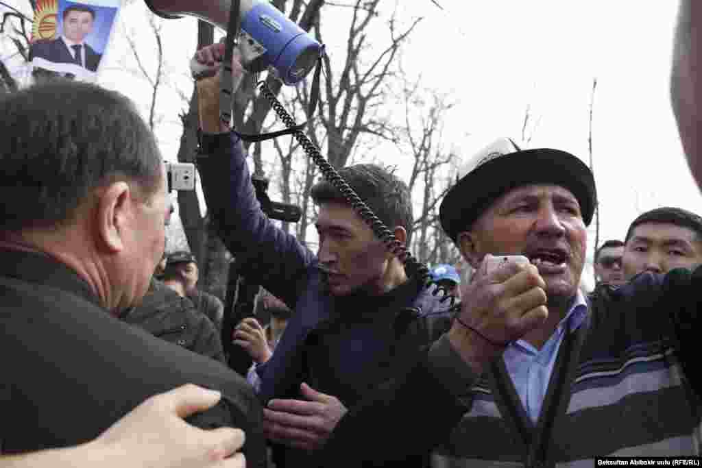 Айрым катышуучулар элди чагымга алдырбоого чакырышты. Нааразы тарап УКМК төрагасы Абдил Сегизбаевдин сыртка чыгышын, Жапаровду бошотууну талап кылышты.