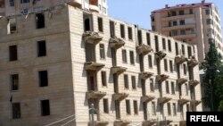 Ötən ilin sonundan Bakı şəhərinin Heydər Əliyev prospektindəki bir neçə binanı sökürlər