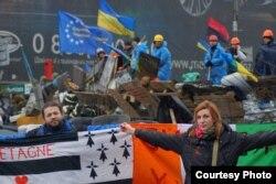 Дмитрий Халби, уроженец Нормандии, с женой Оксаной, уроженкой Украины, участвует в протестах Евромайдана в Киеве. Февраль 2014 года.