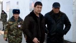 Кадыр Досоновду (ортодо) абактагы нааразылык учурунда түрмө башчылары менен сүйлөшүүгө алып баратышат. Ош, 20-январь, 2012-жыл