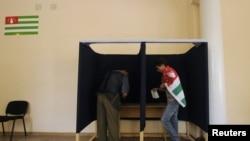 Судьи стали периодически избираться на очередной срок после референдума 1999 года, который был совмещен с первыми в истории Абхазии выборами главы государства