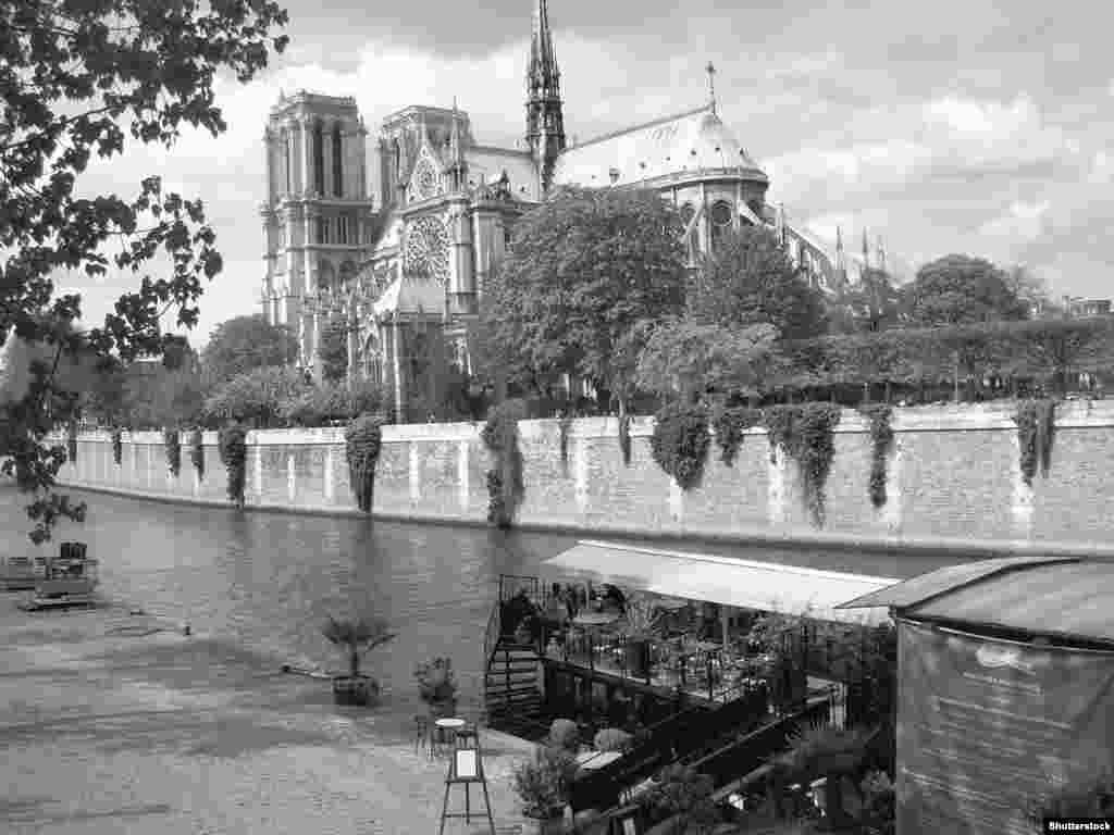 نوتردام سالهای سال است که از مهمترین نمادهای پاریس، فرانسه، و اروپای مسیحی بهشمار میرود.