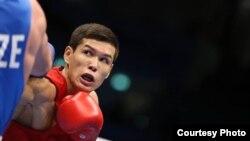 Казахстанский боксер Данияр Елеусинов на ринге в Дохе.