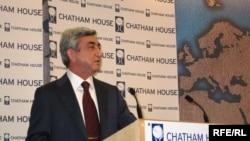 Serj Sarkisyan Beynəlxalq Əlaqələr üzrə Kral İnstitutunda çıxış edir