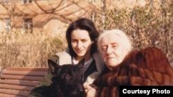 Маша Слоним с бабушкой Айви, Москва, начало 1970-х