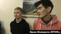 Дмитрий Кириллов (слева) и Жандос Садыбек после отмены решения о штрафе, наложенном на молодых людей за то, что они плыли по затопленной улице на надувной лодке. Астана, 14 сентября 2018 года.