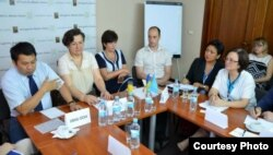 Уповноважена Верховної Ради з прав людини Валерія Лутковська (третя ліворуч) і члени правозахисних організацій, Харків, 13 червня 2014 року