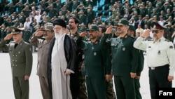 آیت الله علی خامنه ای، رهبر جمهوری اسلامی ، همراه با فرماندهان ارشد نظامی ایران