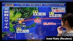 Токио. На уличном телеэкране – выпуск новостей о ракетном испытании Северной Кореи. 15 сентября 2017 года